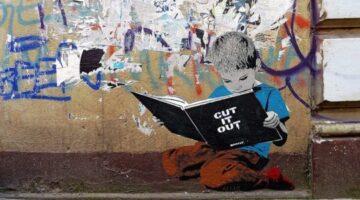 Boy-reading-a-book-street-art-in-Hamburg-540x360